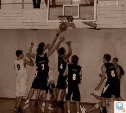 Баскетбол забрасывают мяч