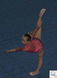 Гімнастка виконує елемент