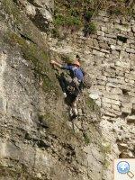 Фото Кам'янецькі скелі 2009 турист лізе на скелю